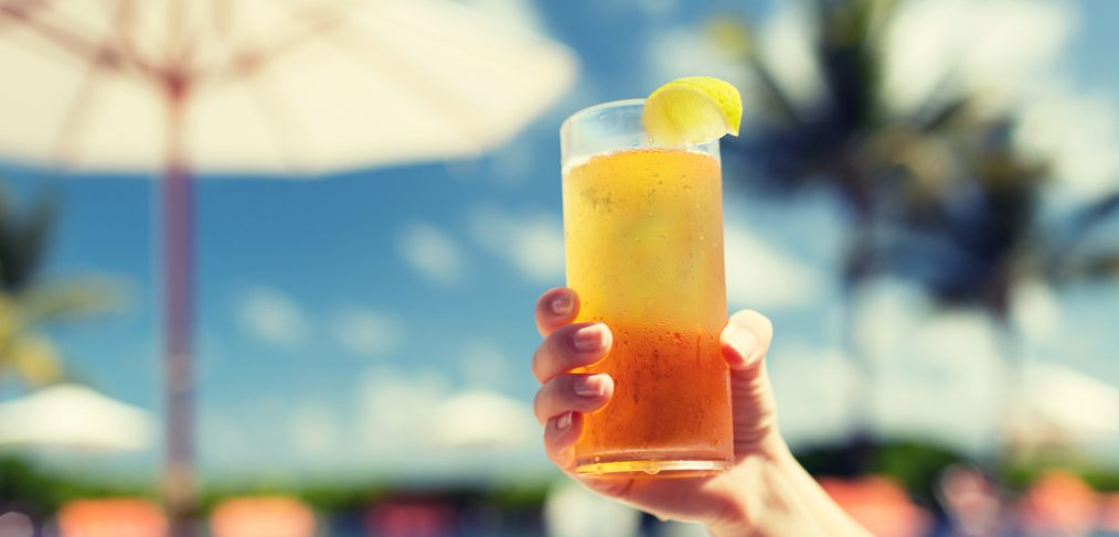 Woman holding a glass og iced tea